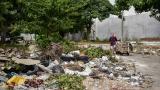 Habitantes de la calle descargan basuras en la calle 50 con carrera 34, detrás del Cementerio Universal.