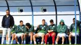 El técnico uruguayo Matías Rosa observando un juego del Plaza Colonia en el campeonato uruguayo junto a algunos de sus jugadores.