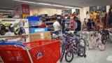 Aspecto de compradores durante la jornada de tercer día sin IVA.