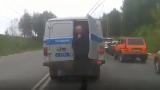 Hombre aprovecho el tráfico para escaparse una patrulla de policía