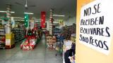 En imágenes: Venezolanos hacen filas para cambiar sus billetes de 100 bolívares