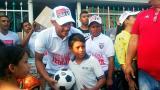 """En imágenes: """"Me gusta hacer feliz a los niños de mi barrio"""", dijo Teófilo Gutiérrez"""