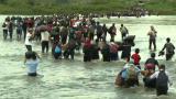 Migrantes centroamericanos cruzan a México por el río en su camino a EEUU