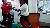 En video   Momento en que ladrones intimidan a trabajadores de almacén de electrodomésticos