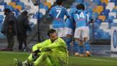 Bartlomiej Dragowski, arquero de Fiorentina, muestra su desazón tras recibir el gol de Matteo Politano.