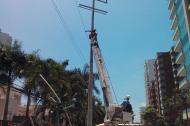 Operarios de Electricaribe reparan unas redes en el norte de Barranquilla.