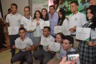 El alcalde Alejandro Char y la secretaria de Educación, Karen Abudinen, junto con algunos de los estudiantes que lograron las mejores Pruebas Saber 11.