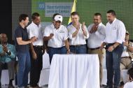 El Presidente Santos y el gobernador de Bolívar, Dumek Turbay, junto a los alcaldes de municipios del Sur del departamento tras la firma de varios convenios.