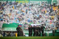 Militares brasileños cargan los féretros de los jugadores y equipo técnico del club brasileño Chapecoense durante el funeral colectivo de las víctimas del trágico accidente en el que fallecieron 71 personas, entre ellos 19 jugadores del club local.