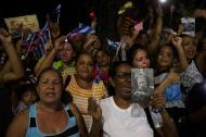 Decenas de cubanos alzan sus manos para saludar a la caravana que transporta las cenizas del expresidente Fidel Castro.