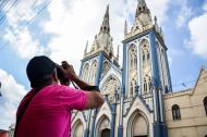 Uno de los participantes fotografía la estructura gótica de la  iglesia de San Roque.
