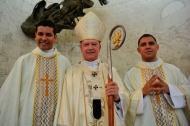 Monseñor Jaramillo con los dos nuevos presbíteros para la Arquidiócesis de Barranquilla: Alejandro Galvis Rodríguez y Jaider Lázaro Avendaño.