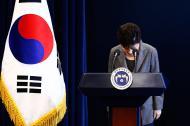 La presidenta Park Geun-Hye en una imagen de archivo tras finalizar un discurso ante la nación el 29 de noviembre pasado.