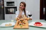 La chef Gisselle Aguirre junto a las preparaciones.