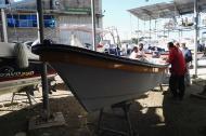 Los jóvenes están siendo preparados en Isla Fuerte para ir tras el pez león. Momento en que todos reciben las indicaciones por parte de un grupo de pescadores.