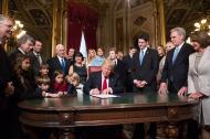 Trump aparece rodeado de su familia y congresistas cuando firmaba el nombramiento de su gabinete.
