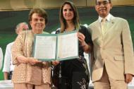 Ana Bolívar de Consuegra, presidenta de la Sala General de Unisimón y el rector José Consuegra, recibieron de manos de la ministra de Educación, Yaneth Giha, la resolución a través de la cual se otorgó la acreditación.