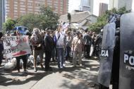 Cientos de personas llegaron hasta el recinto a protestar por la temporada taurina que estaba anunciada. El Esmad de la Policía tuvo que intervenir.