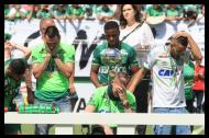 Follman junto a sus compañeros Hélio Zampier Neto y Alan Ruschel, que también sobrevivieron en el accidente, conmovidos en el primer partido del año de Chapecoense.