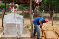 Inhumación de la niña en el cementerio de la familia en la Alta Guajira.