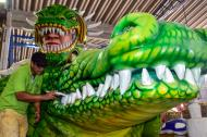 Jasir Daza perfecciona los colmillos que lucirá el caimán el sábado en la Vía 40.
