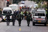 Policías custodian el lugar de la explosión luego del atentado.