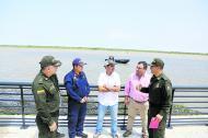En el Malecón de Puerta de Oro se reunió el alcalde Char con el capitán Manuel Higuera, el general Gonzalo Londoño y Yesid Turbay, de la oficina de Seguridad.