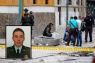 Técnicos evalúan el área de la explosión en la Macarena en Bogotá. En el rcuadro, el patrullero Albeiro Garibello Alvarado, quien murió este miércoles.