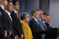 La vicefiscal María Riveros, el presidente Santos, el contralor Maya, el viceprocurador Juan Cortes y el secretario de la Presidencia, Luis Vélez, ante los medios.