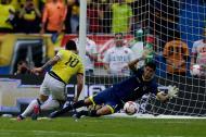James Rodríguez define luego de errar el penal, para darle el triunfo a Colombia ante Bolivia.