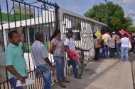 Personas hacen fila en la puerta de la EPS Ambuq, en Riohacha, La Guajira.