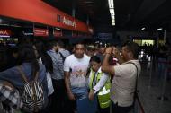 El delantero tomasino fue abordado por hinchas cuando arribó este viernes al aeropuerto Ernesto Cortissoz de Barranquilla.