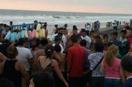 Vecinos del sector de las playas de Ocós rodean el cuerpo del jugador colombiano.