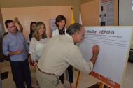 El gobernador Eduardo verano firma el compromiso de la campaña 'HeForShe'. A su lado están el presidente de la Asamblea, Federico Ucros; la secretaria Zandra Vásquez y la representante de la ONU-Mujer, Belén Sanz Luque.