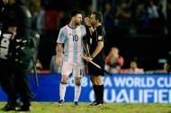 El jugador Lionel Messi durante su encuentro con el árbitro número 1 del partido ante Chile.