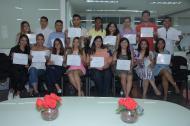 Los alumnos de la Escuela de Periodismo Olga Emiliani posando con el diploma.