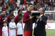 El delantero Cristiano Ronaldo es homenajeado en el partido que disputó Portugal y Suecia en su ciudad natal, Funchal.