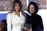 La primera dama de Estados Unidos, Melania Trump, y la colombiana Natalia Ponce, galardonada este martes en Washington.