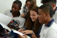 La secretaria distrital de Educación, Karen Abudinen Abuchaibe, compartió con algunos estudiantes durante su recorrido por las IED.