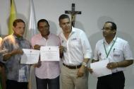Los reyes Gonzalo Arturo 'El Cocha' Molina y Hugo Carlos Granados, recibiendo la certificación por competencias laborales que les entregó el Sena, a través de su director regional Orlando Saavedra y otros funcionarios de la entidad.