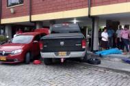 La camioneta se metió en una zona peatonal de la institución educativa.