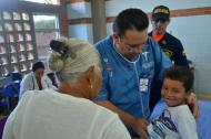 Un médico revisa a un menor de edad durante una jornada de la Armada.