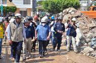 El gerente de la Unidad de Gestión de Riesgo, Iván Márquez, y el alcalde Manuel Vicente Duque, durante la visita este viernes a la zona de la tragedia.