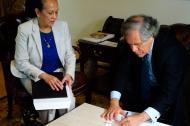 El secretario general de la OEA, Luis Almagro, firma el recibido de la carta de retiro de Venezuela de ese organismo. Lo acompaña la representante interina de Venezuela ante la OEA, Carmen Luisa Velásquez.