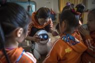 Los niños y su maestra interactúan con un robot KeeKo, en un jardín en la ciudad de Sanhe, China.
