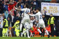 Marcelo celebra con varios de sus compañeros el tanto del triunfo ante el Valencia.