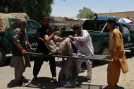 Civiles ayudan a evacuar a una de las personas heridas por el artefacto explosivo.