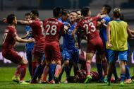 Trifulca entre jugadores del Shanghai SIPG y el Guangzhou R&F mientras Oscar está tendido en el suelo.