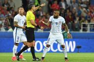 Arturo Vidal le reclama al árbitro, que solicitó la ayuda del VAR para revisar un gol de Eduardo Vargas que mira hacia la pantalla gigante del estadio.