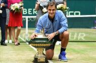 Roger Federer, posando con su trofeo después de ganar su partido final contra Alexander Zverev.